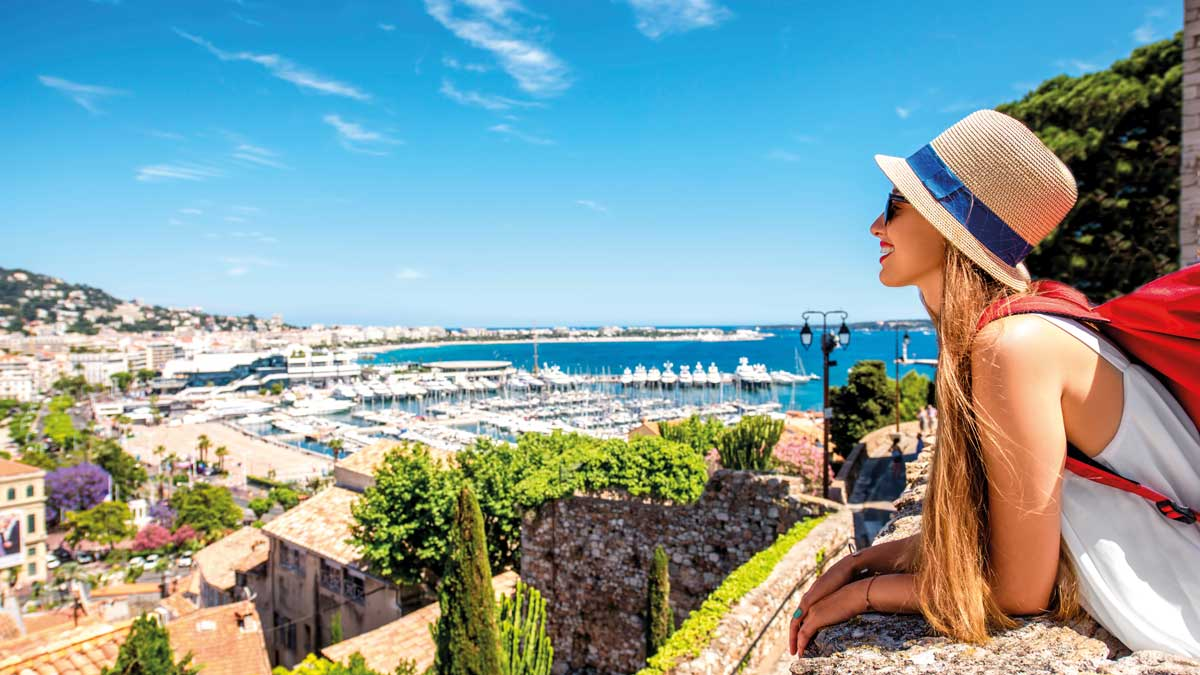 Schülerin an einem Aussichtspunkt in Cannes