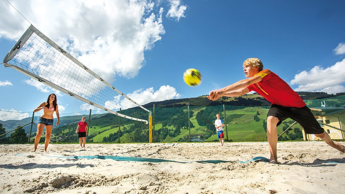 Schüler spielen Volleyball in Saalbach Hinterglemm