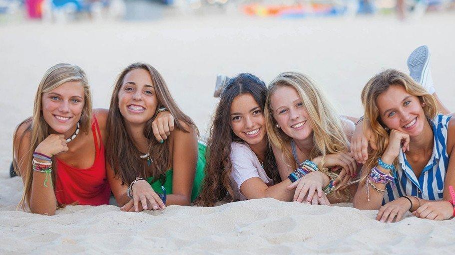 Schüler haben Spaß in Winchelsea Sands