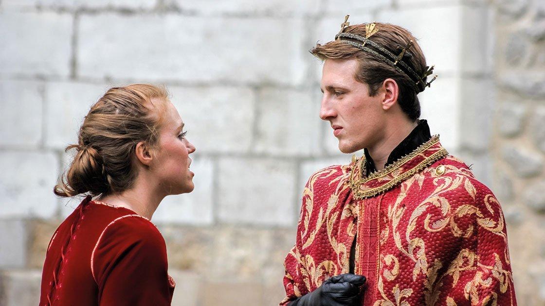 Junge Schauspieler in einer Shakespeare-Aufführung