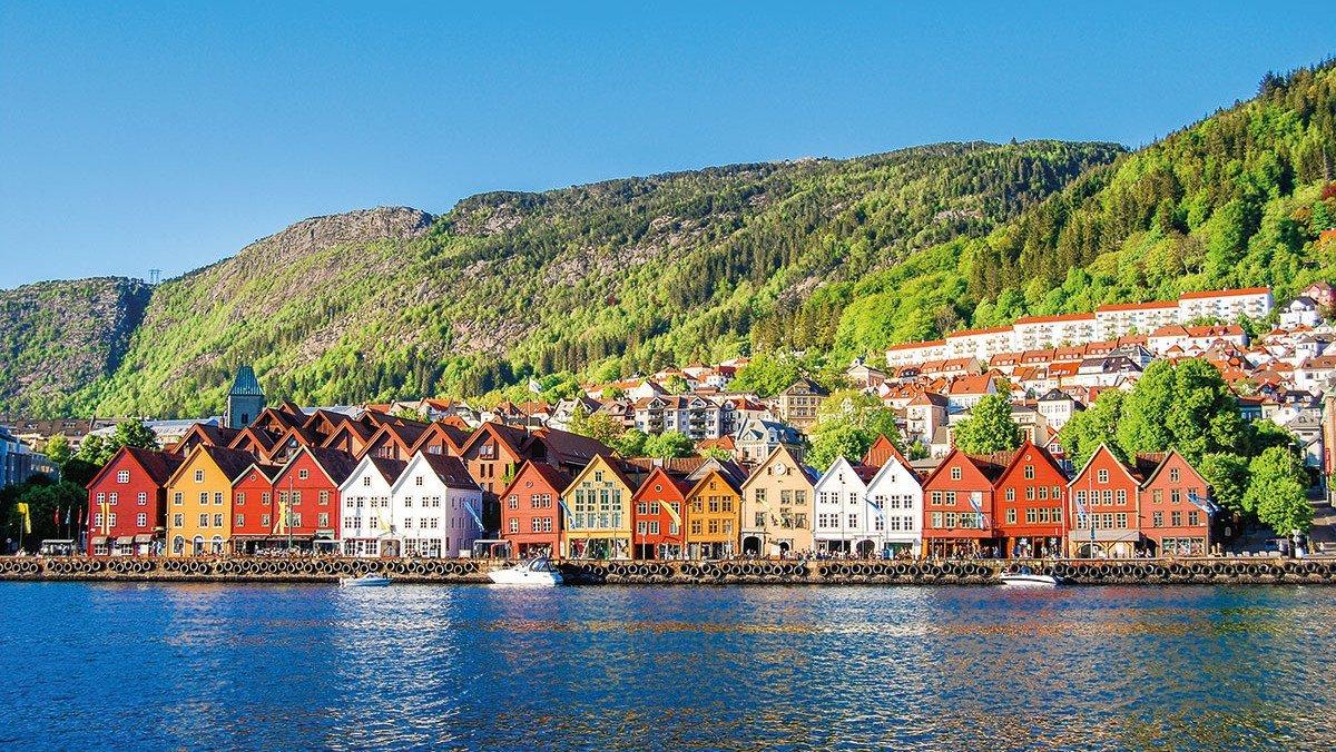 Bunte Häuserfassaden am Ufer Norwegens