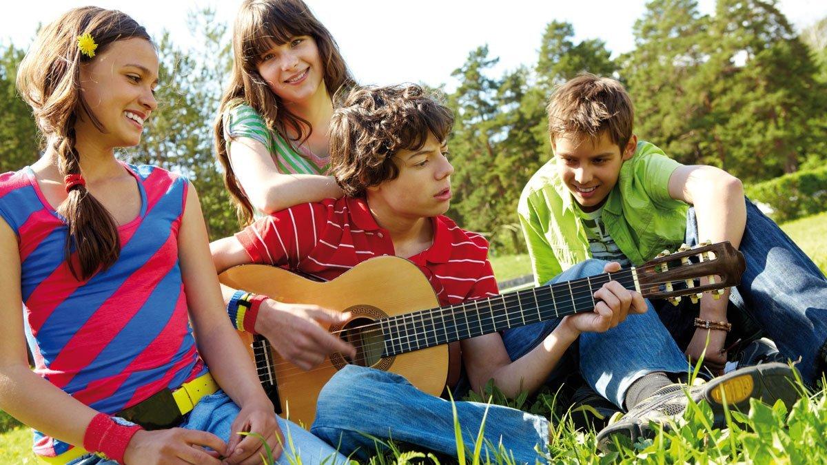 Gruppe mit Gitarre