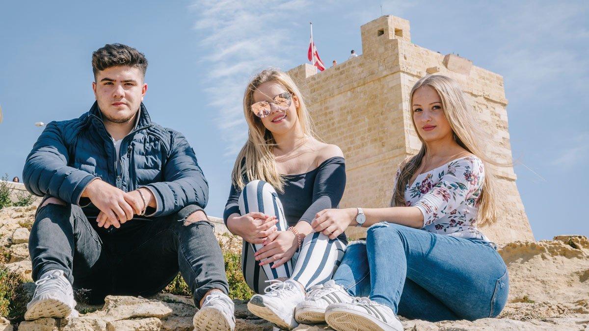 Jugendliche vor Sehenswürdigkeit in Malta