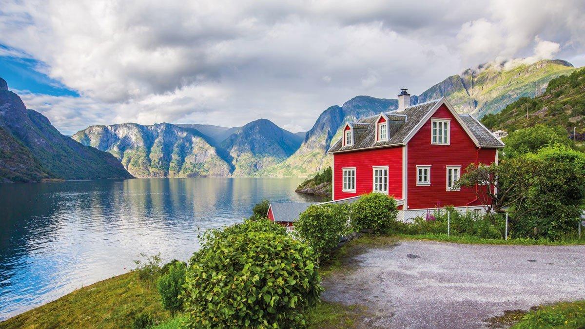 Farbenfrohes Haus am einsamen Ufer