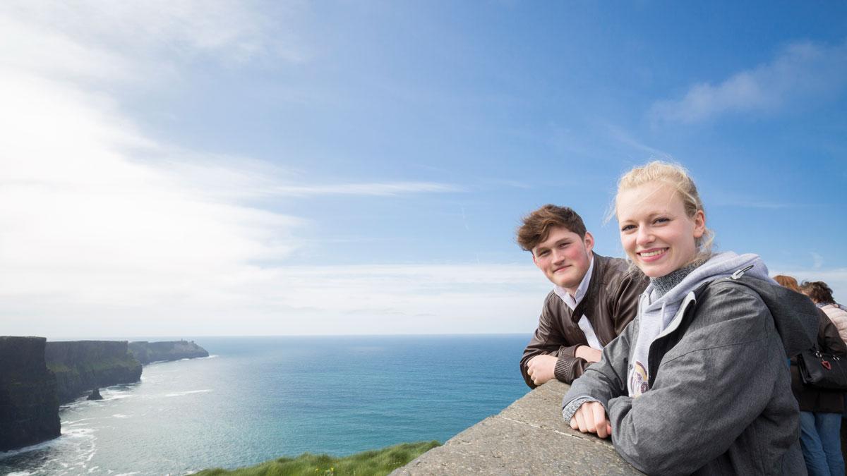 Schüler bei den Cliffs of Moher