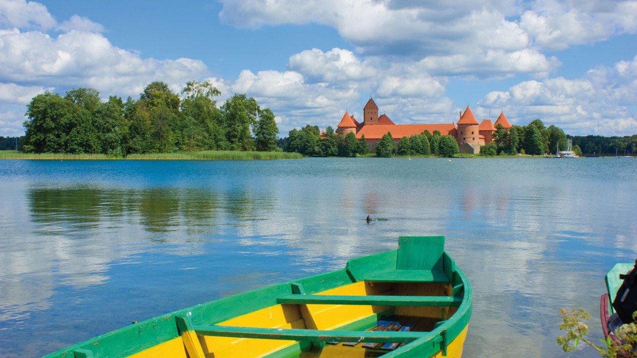 Boot vor Burg Trakai in Litauen