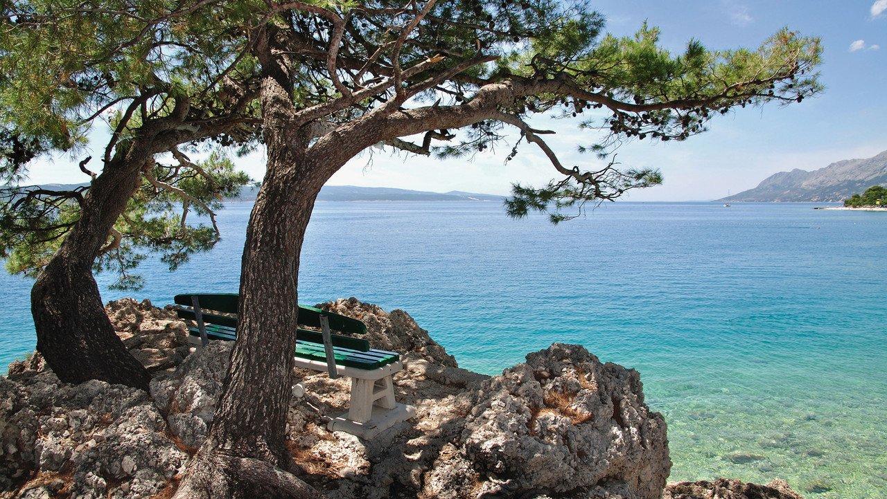 Blick auf Kroatiens Meer mit Klippen