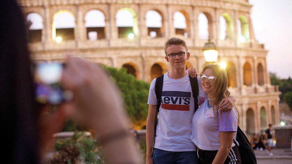 Pärchen vor dem Kolosseum in Rom