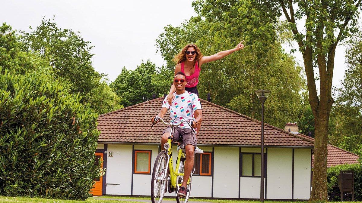 Zwei Jugendliche auf dem Fahrrad im Ferienpark