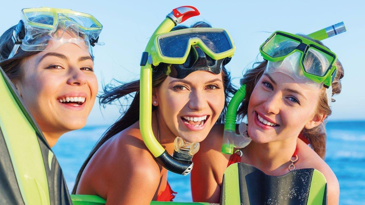 Drei Schülerinnen mit Schnorchel und Tauchermaske