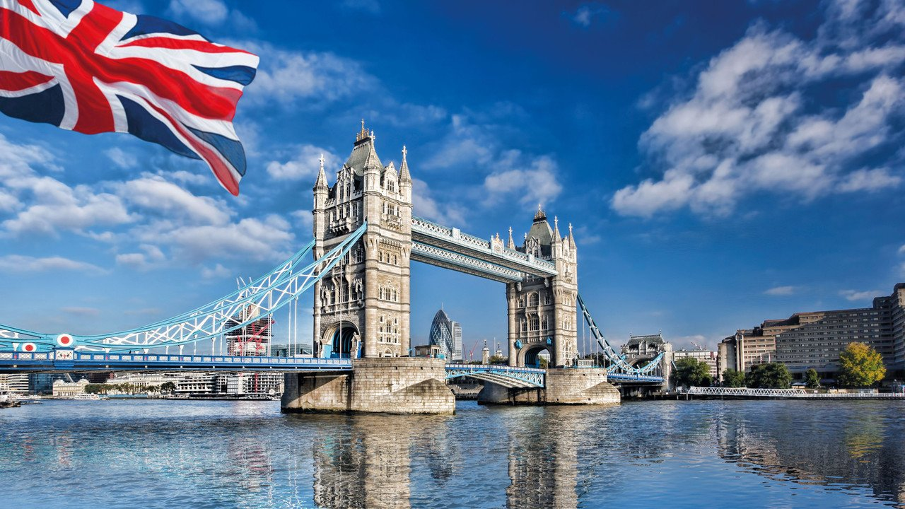 Tower Bridge mit Flagge