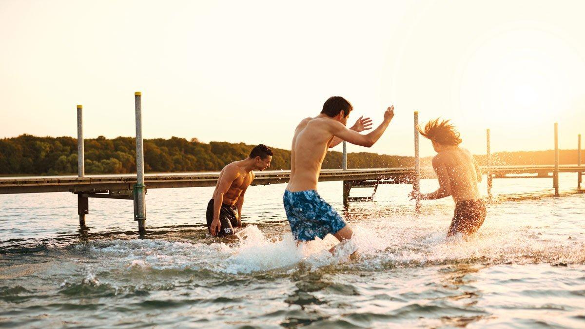 Jugendliche haben Spaß im Wasser