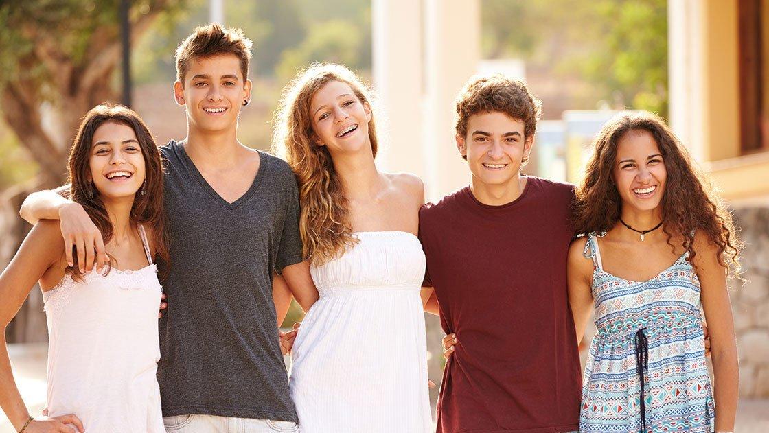 Jugendliche gut gelaunt posieren für das Foto