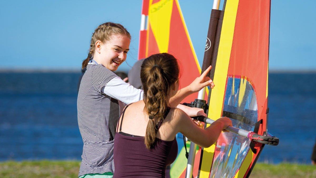 Schüler beim Surfen auf Rügen