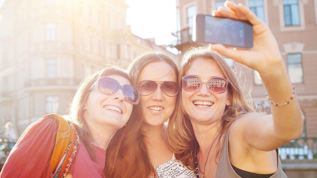 Mädels machen ein Selfie von sich in Salzburg