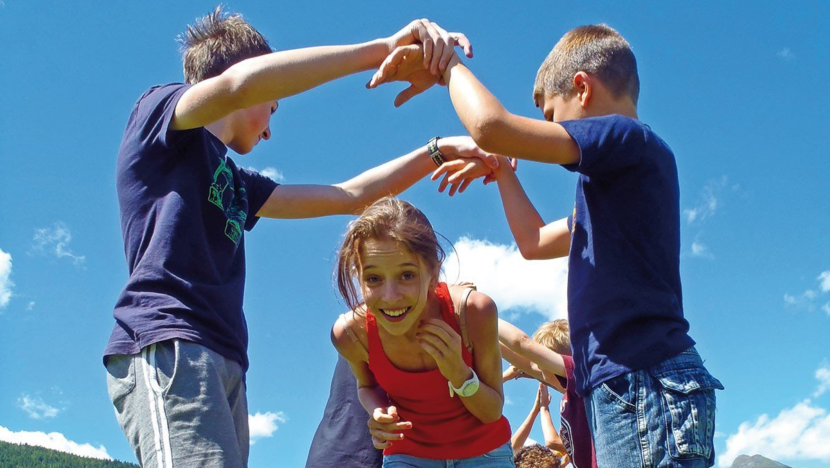 Schüler vor Alpenkulisse