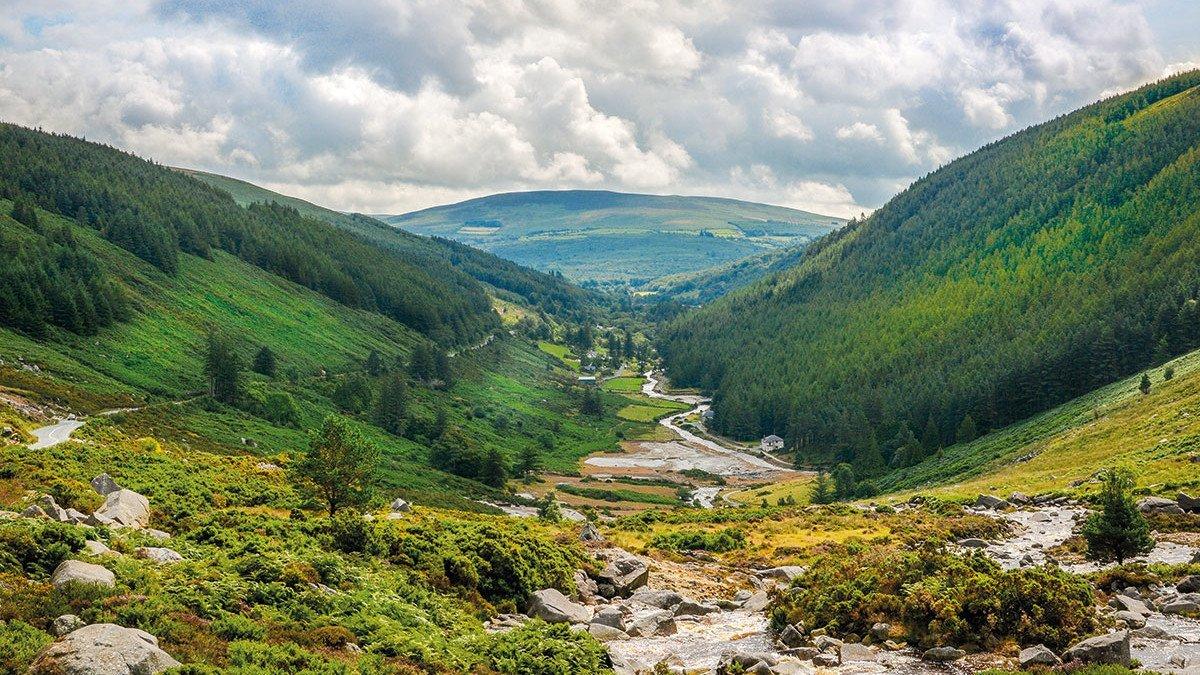 Mitten im Grünen - Irlands Glendalough Panorama