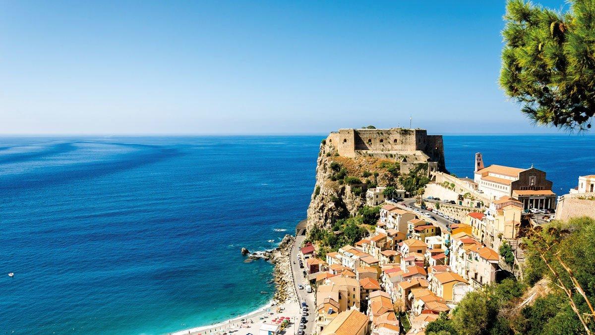 Aussicht über das Meer bei Kalabrien Castello Ruffo di Scilla