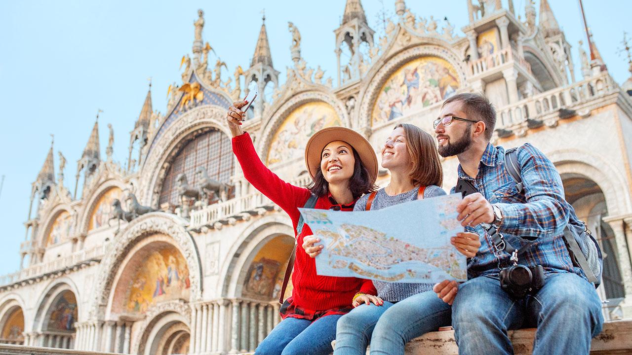 Touristen vor dem Markusdom
