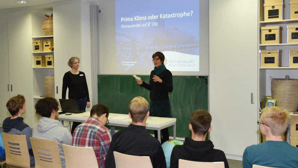 Jugendliche beim Vortrag über Klimaschutz