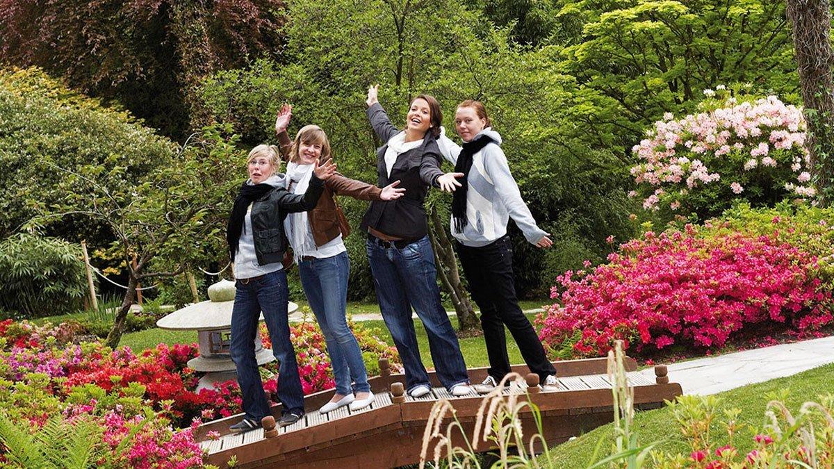 Schülergruppe im Park in Irland