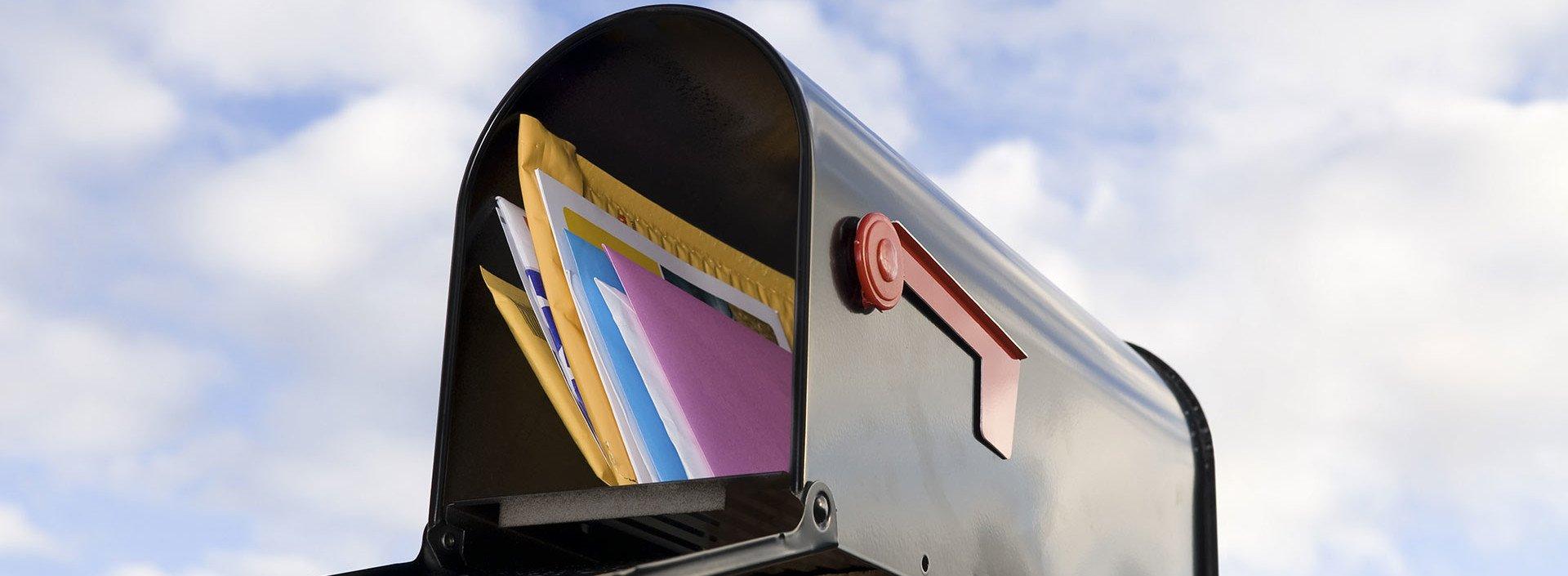 Briefkasten mit Post