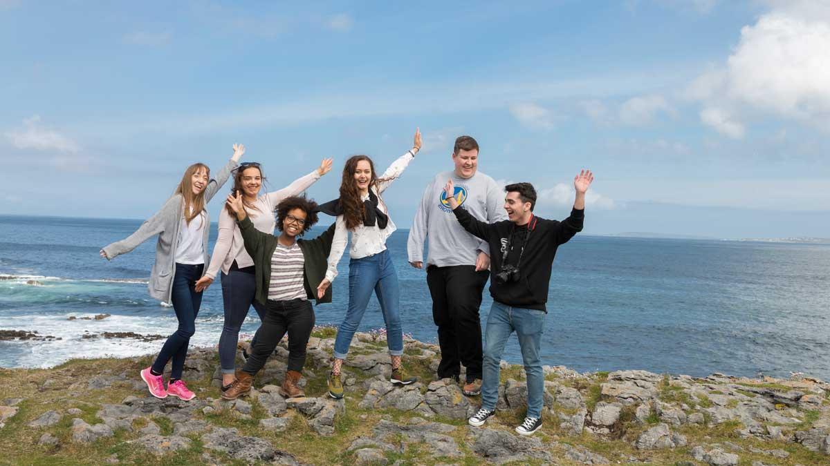 Schülergruppe an der Küste