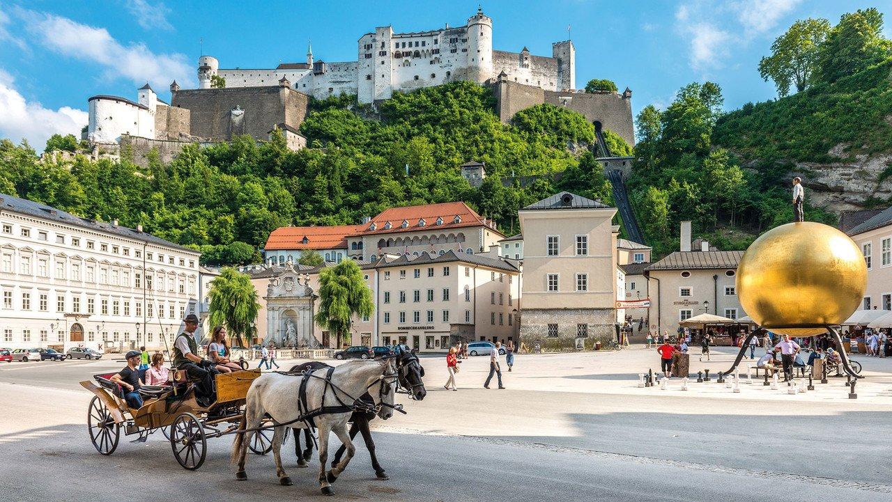 Kapitelplatz in Salzburg mit Blick auf das Schloss
