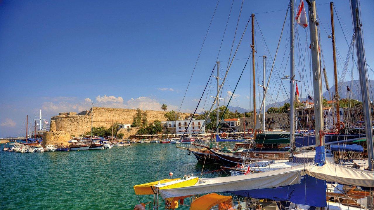 Mittelalterlicher Hafen von Kyrenia mit Burg