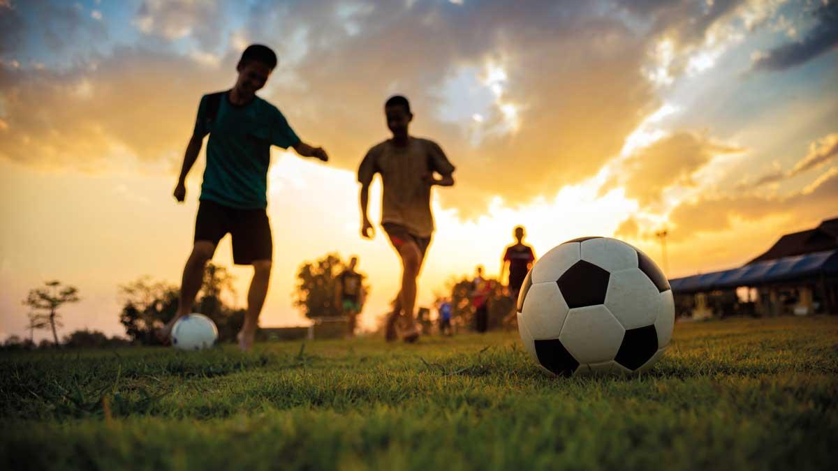 Schüler spielen Fußball