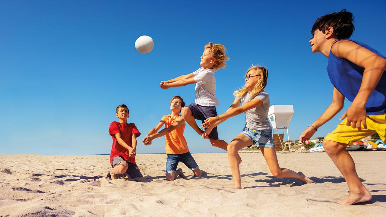 Schüler beim Beachball auf Rügen