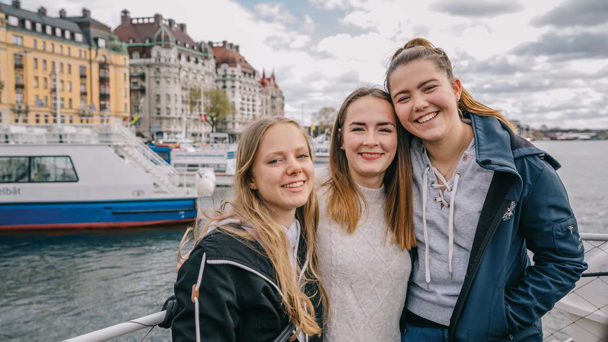 Schülerinnen auf einem Boot in Stockholm