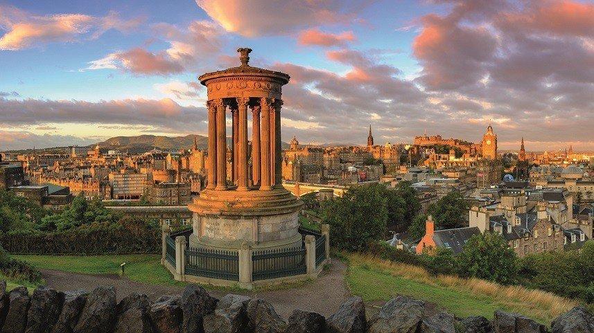 Das Walter Scott Monument und die Stadt Edinburgh