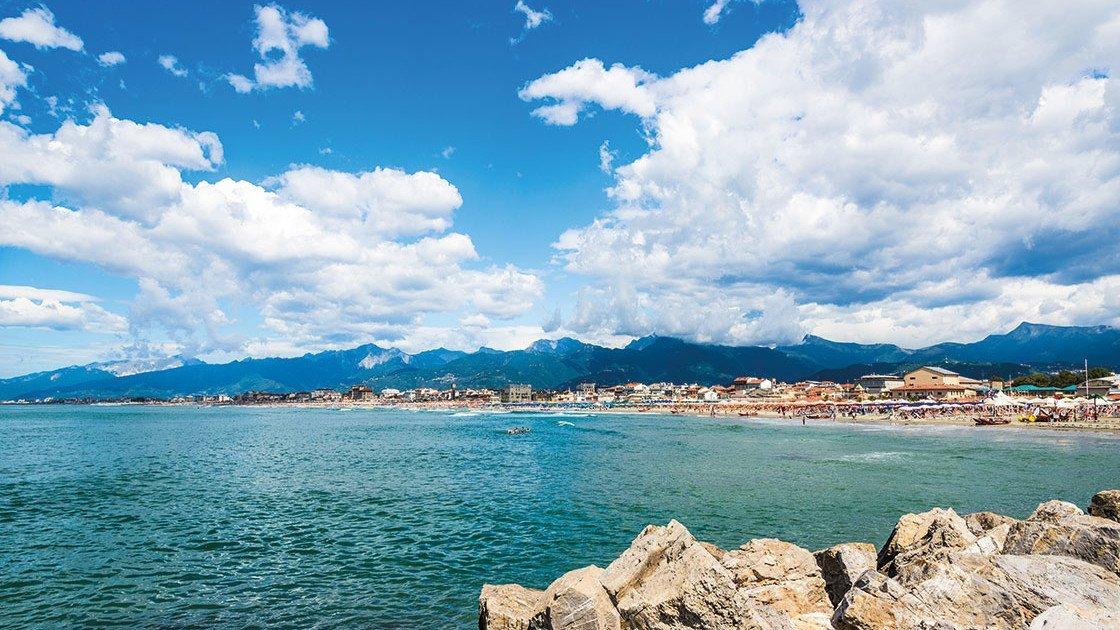 Toskana Meer mit Steinen