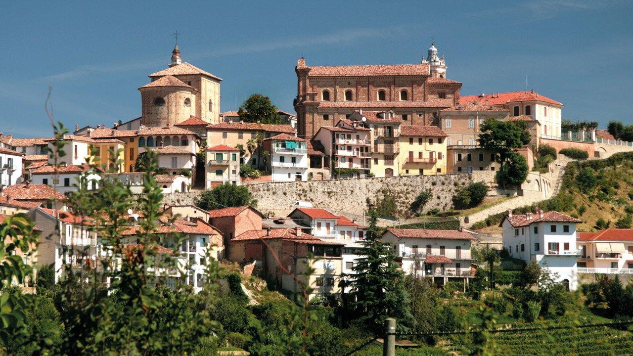 Ansicht einer alten Stadtanlage im Piemont