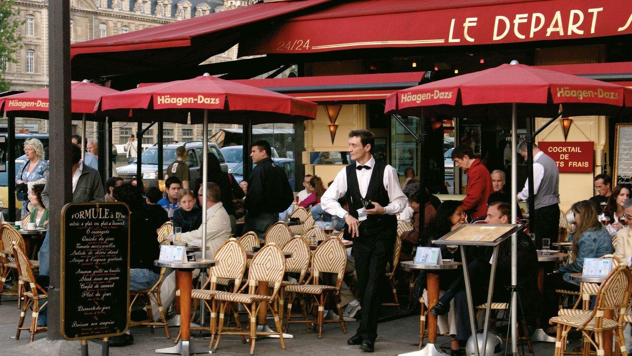 belebtes Restaurant mit Außenterasse