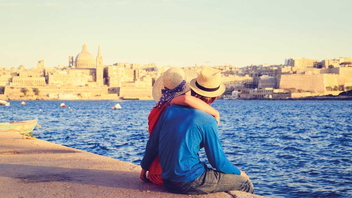 Junges Paar mit Blick auf eine Stadt
