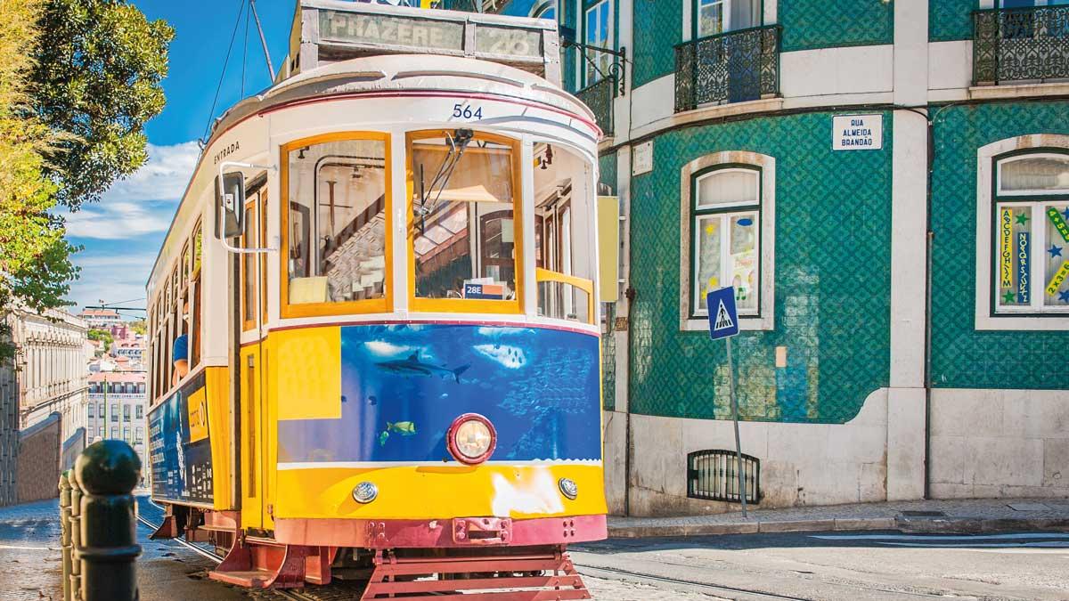 Tram fährt durch die Straßen in Lissabon