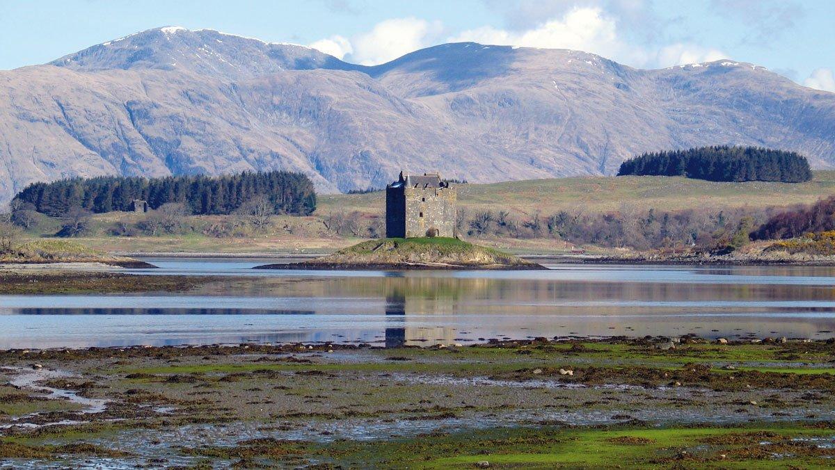 Schottische Burg inmitten einer kleinen Insel