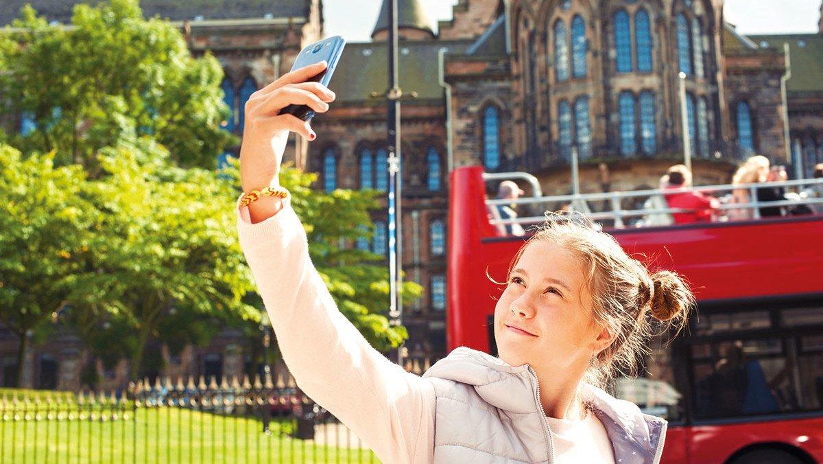 Junge Frau macht ein Selfie in Glasgow