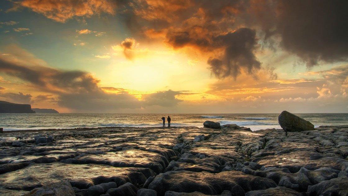 Landschaft in Irland bei Sonnenuntergang