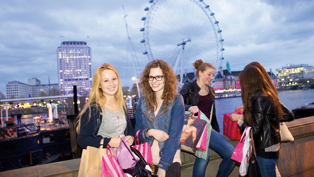 Mädchengruppe vor einem Riesenrad