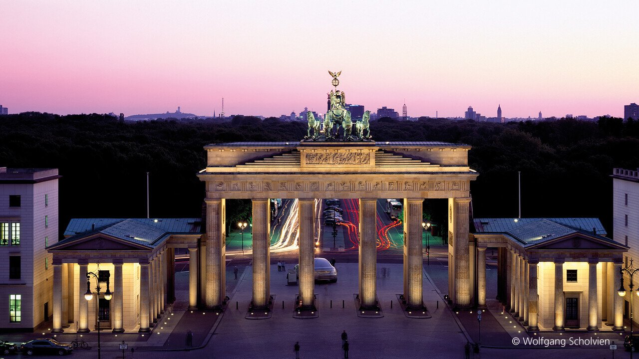 Brandenburger Tor mit lila Himmel in Berlin
