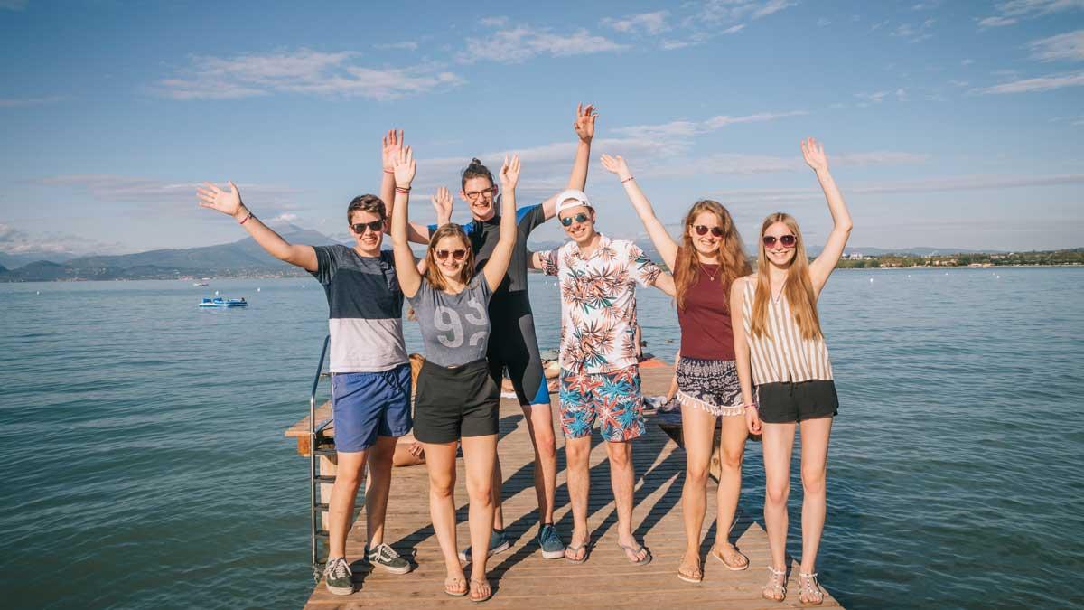 Schüler auf Steg am Gardasee