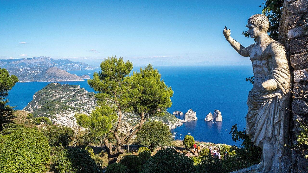 Wunderschöner Ausblick auf den Golf von Neapel mit einer Statue im Vordergrund