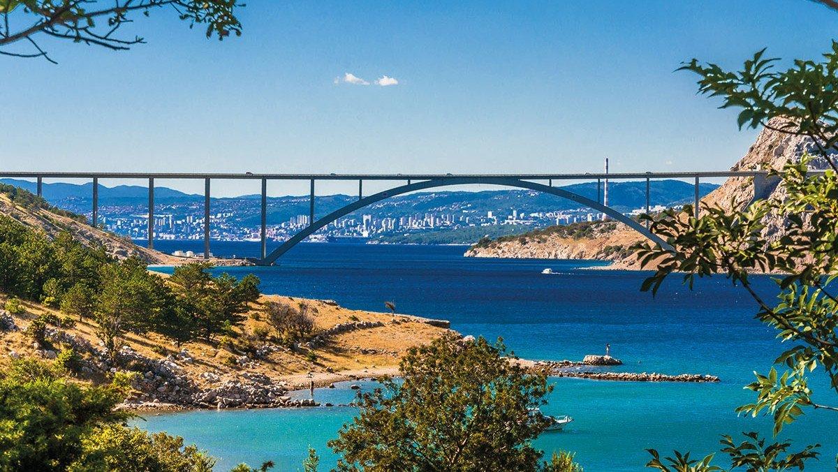 Küste mit Brücke auf der Insel Krk