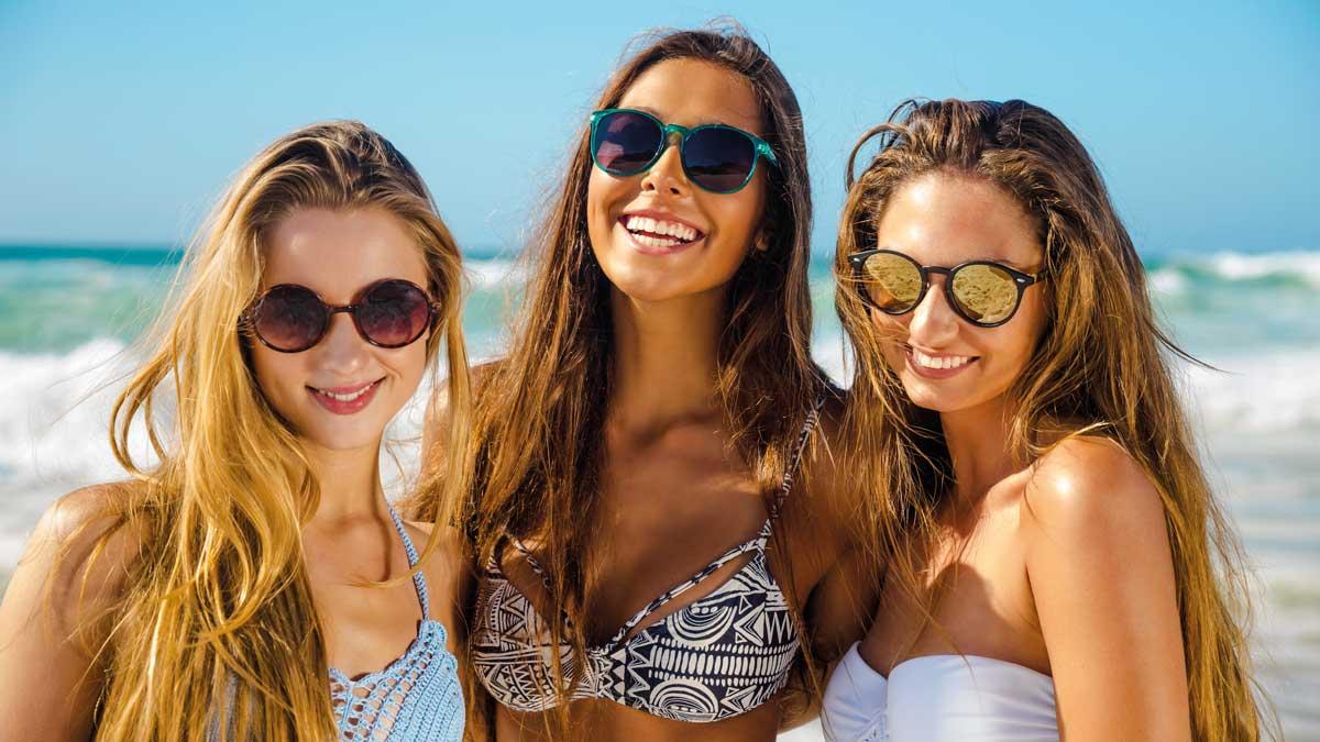 Schülerinnen am Strand von Zandvoort