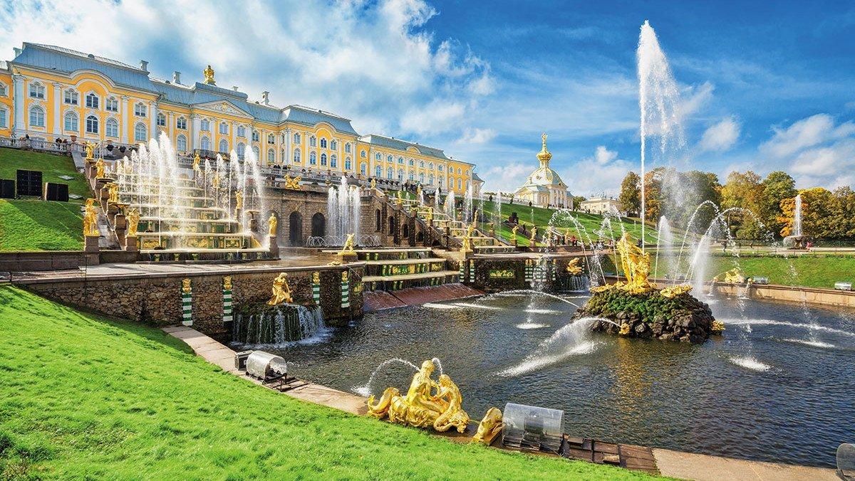 St Petersburg Peterhof - schöner See mit Springbrunnen