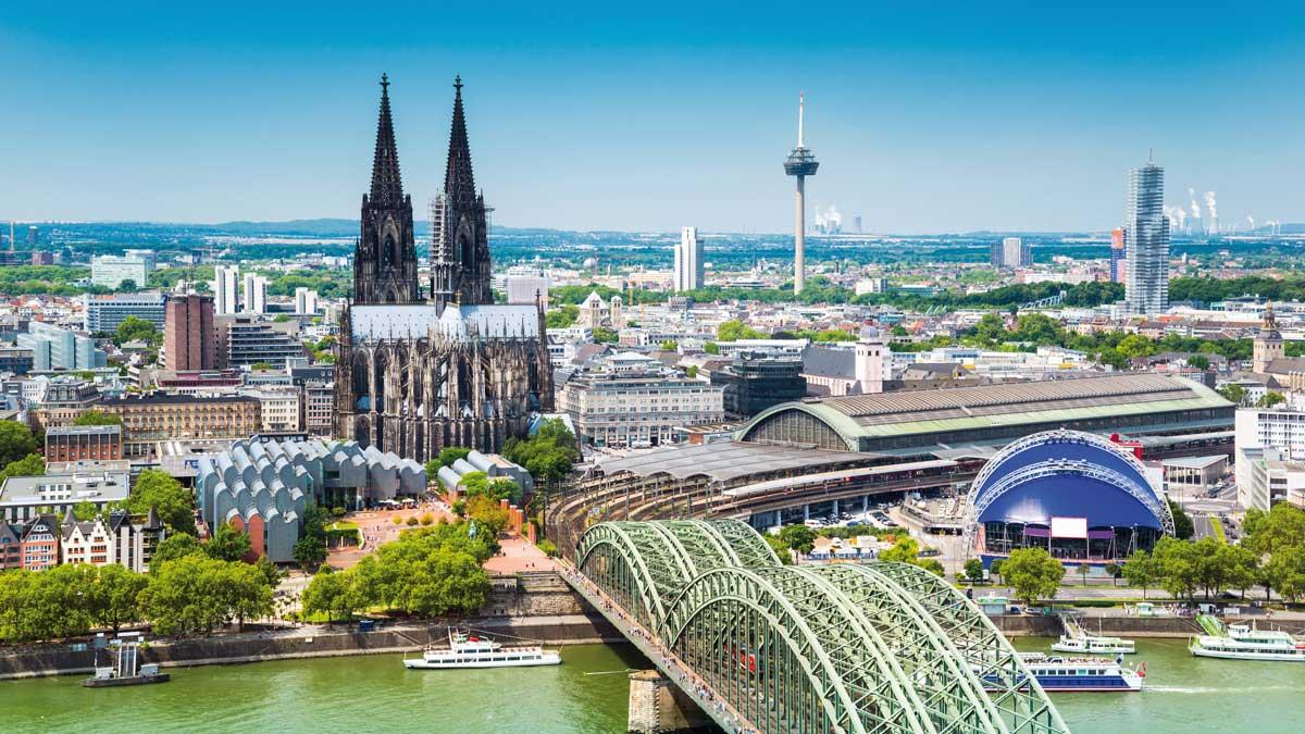Blick über Köln mit Kölner Dom und Hohenzollernbrücke