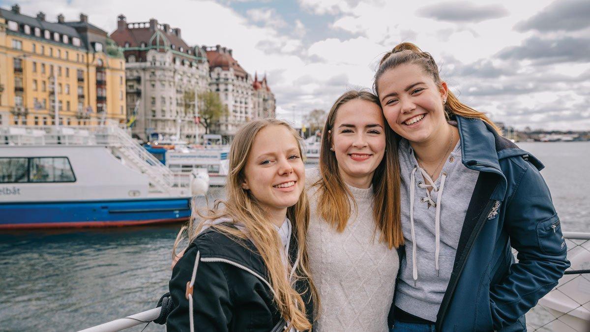 Junge Mädchengruppe in Stockholm auf einem Boot
